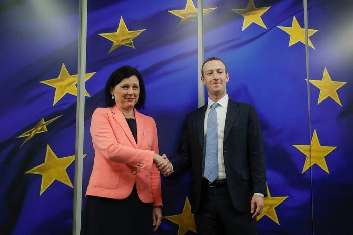 La commissaire européenne Vera Jourova et Mark Zuckerberg ce 17 février à Bruxelles
