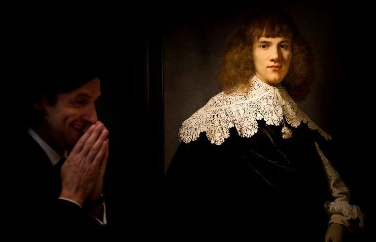 Jan Six voor het kunstwerk 'Een portret van een jonge man', het eerste van zijn twee onthullingen. Beeld ANP