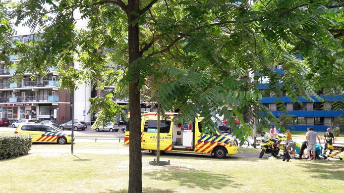 Ambulancepersoneel behandelt een slachtoffer langs de Kronenburgersingel.