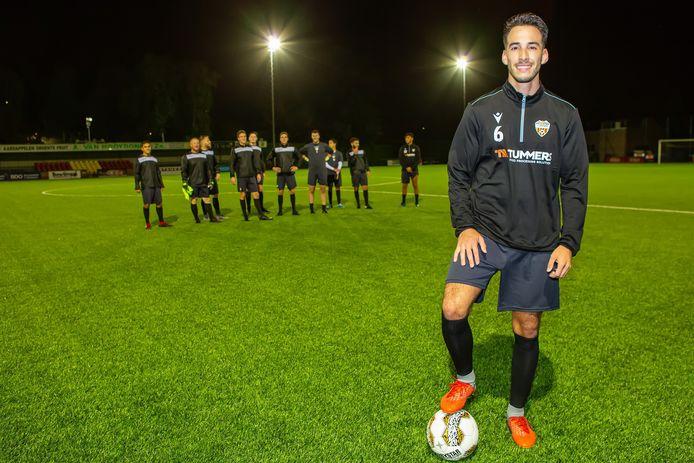 Achraf Laabich speelt bij Dosko, zijn jeugdvriend Oussama Idrissi steelt de show bij AZ.