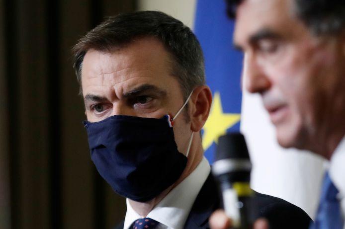 De Franse minister van Volksgezondheid Olivier Véran (L) donderdag samen met epidemioloog Arnaud Fontanet (R) op een persconferentie over de coronacrisis in Frankrijk.