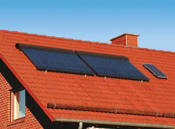 Een zonneboiler werkt niet via zonnewarmte, maar via zonlicht. Het systeem bestaat uit zonnecollectoren en een boiler.