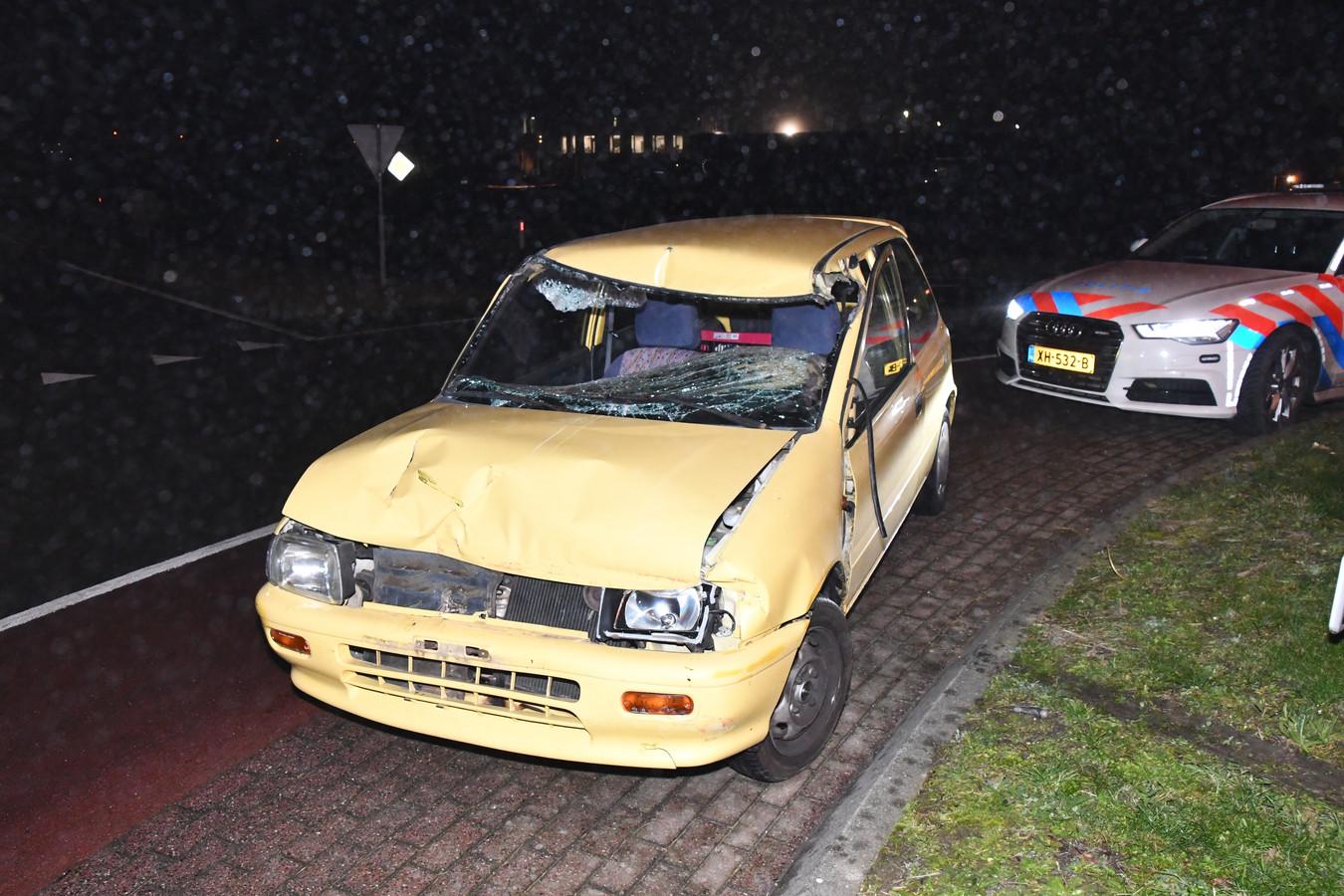 De auto van de bestuurder raakte flink beschadigd.