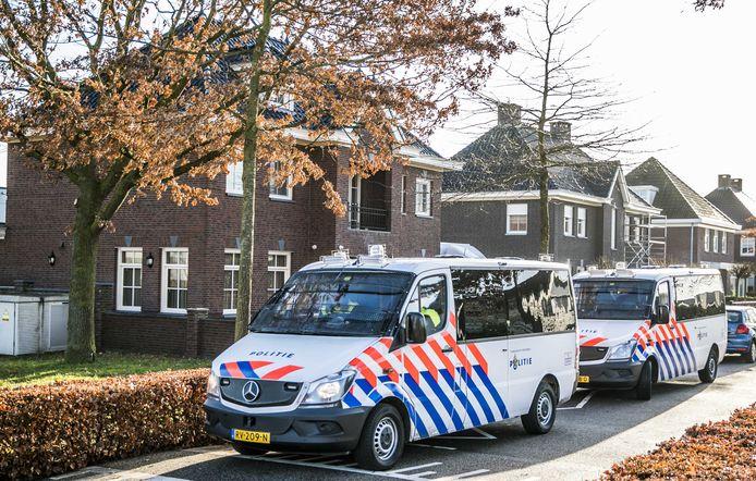 De politie doet een inval in een woning aan de Koolzaadweg in Berghem als onderdeel van Operatie Alfa, een groot politieonderzoek naar de Osse topcrimineel Martien R. en zijn familie.