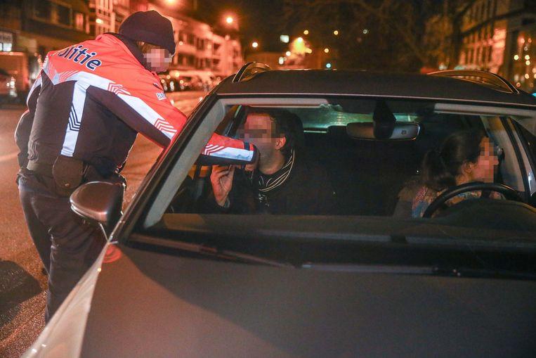 Deze man blaast positief nadat de politie opmerkte dat hij en zijn vrouw van plaats wisselden in de file.
