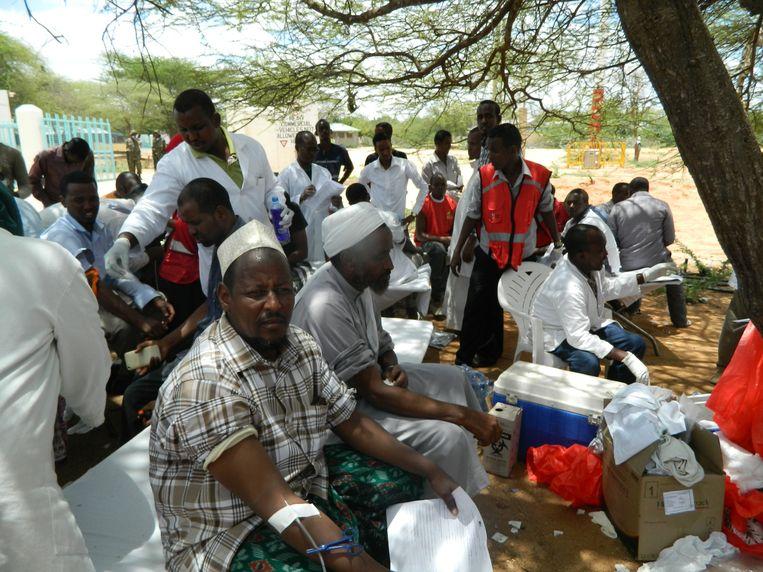 Plaatselijke bewoners doneren bloed voor de gewonden Beeld AP