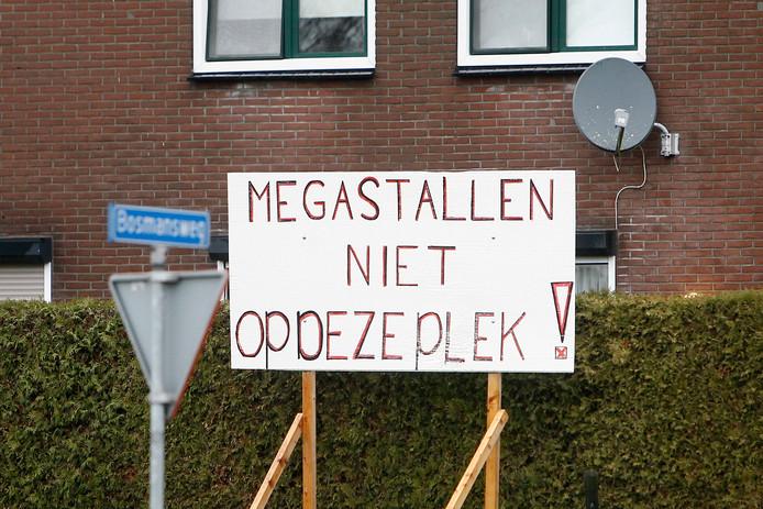 Protestborden aan de Grolseweg tegen de bouw van megastal
