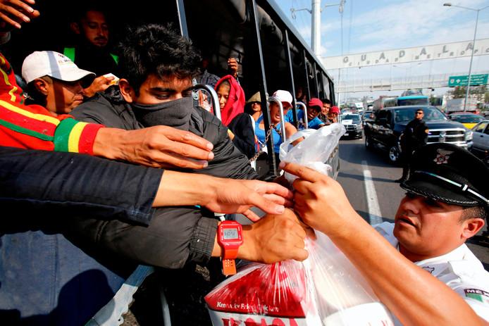Migranten krijgen eten uitgereikt op hun reis door Mexico.