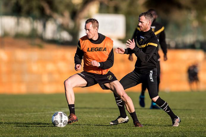 Robbie Heamhouts (rechts) probeert Thomas Enevoldsen van de bal te houden.