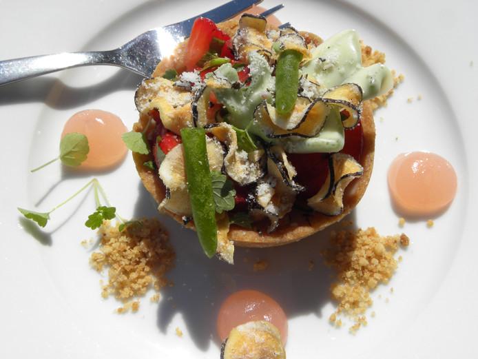 Dessert met zeebanaan in witte chocolade en chips van schorseneren.