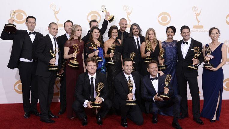 De makers van de Amerikaanse versie van The Voice poseren backstage met hun Emmy's. Beeld null