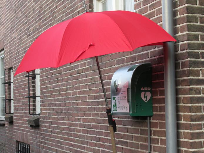 Met 40 graden buiten hebben niet alleen mensen het erg warm, maar ook de AED's. Deze paraplu moet het apparaat enigszins schaduw bieden.