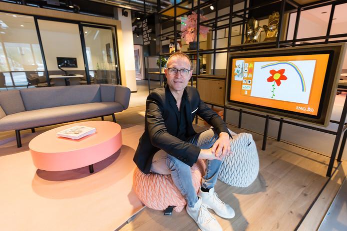 Pieter van der Werf in de huiskamer van het vernieuwde ING-kantoor.