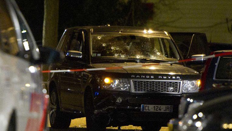 D zwarte Range Rover die in de Staatsliedenbuurt in Amsterdam onder vuur werd genomen. Beeld anp