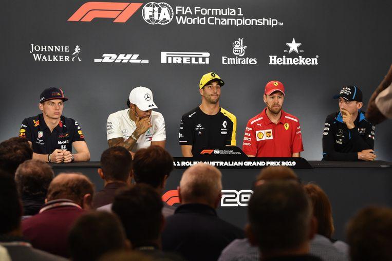 Max Verstappen (links, team Red Bull) bij een persconferentie in Melbourne met Lewis Hamilton (Mercedes), Daniel Ricciardo (Renault), Sebastian Vettel (Ferrari) en Robert Kubica (Williams). Beeld EPA