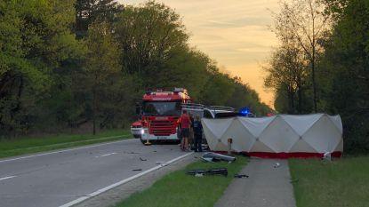 Bestelwagen en auto botsen op elkaar in Hechtel-Eksel: twee doden en een zwaargewonde