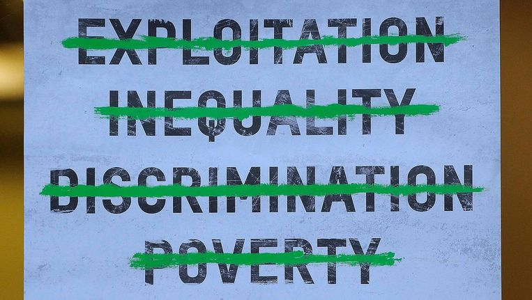 Campagneposter van Oxfam, die na de onthullingen een nogal wrange boodschap uitzendt. Beeld null