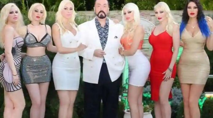 Eén constante: Adnan Oktar liet zich altijd omringen door pikant uitgedoste dames.