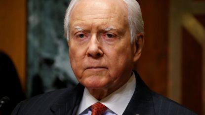 Senator zet bril af... die niet op zijn neus staat