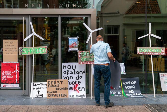 Protest tegen windmolens voor het stadskantoor, vooraf aan de gemeenteraadsvergadering.