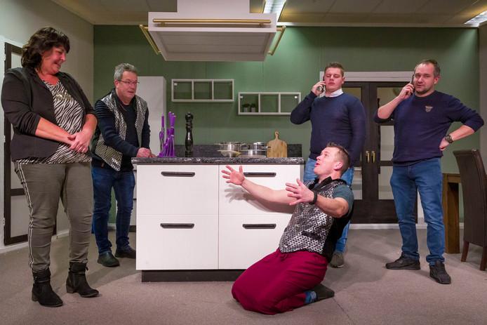 Toneelgroep Juliana repeteert het stuk In Catering in de Hoogt in Uitwijk.
