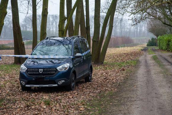 De verdachte parkeerde zijn blauwe Dacia langs een verlaten weggetje van waar hij een goed zicht had op de bushalte.