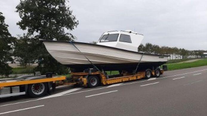 De motorboot die in beslag werd genomen. 300 kilo werd gevonden aan boord van deze boot, 50 kilo op het strand.