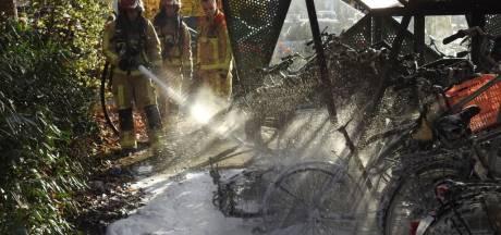 Twaalf fietsen en scooter door brand verwoest in fietsenstalling Valkenswaard
