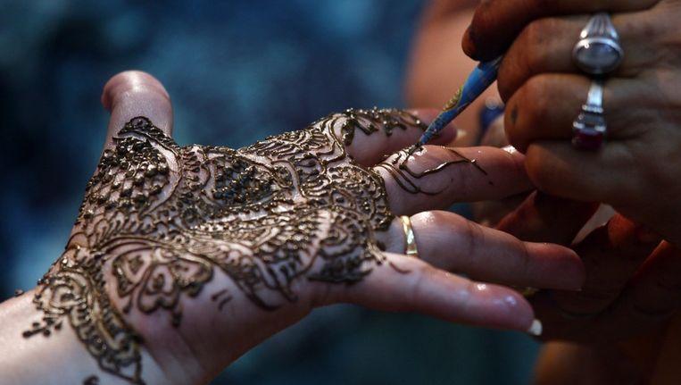 De handen van bruiden worden vaak versierd met henna Beeld EPA