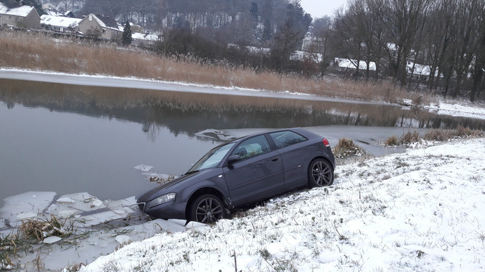 De auto is gedeeltelijk te water geraakt in Het Meertje bij Persingen.
