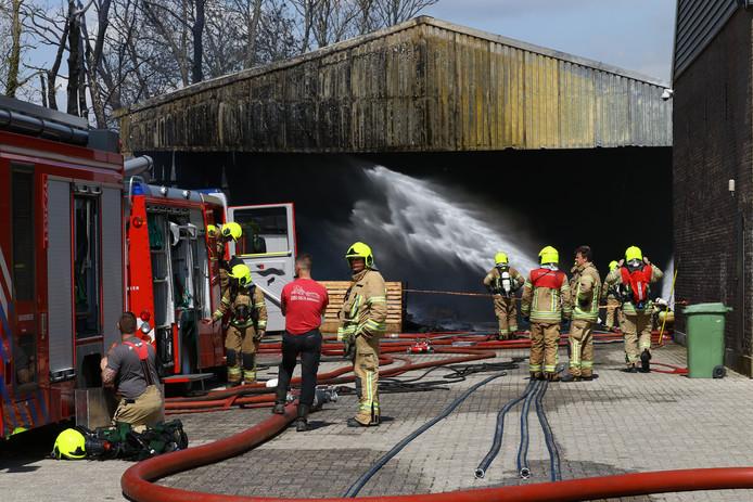 De brandweer heeft het vuur onder controle.