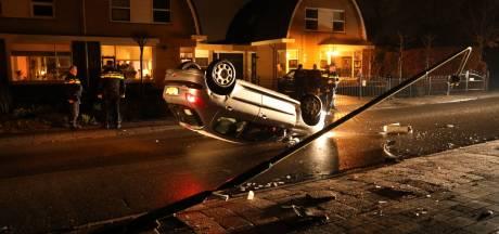 Auto over de kop in Soest