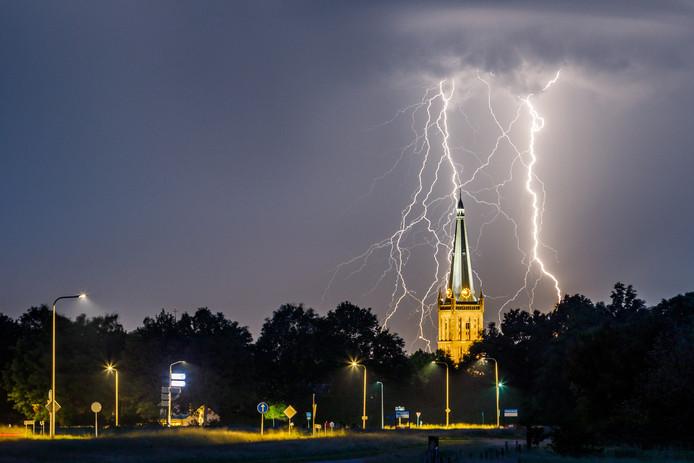 Onweer en bliksem boven de Steenwijker toren, op dinsdag 4 juni.