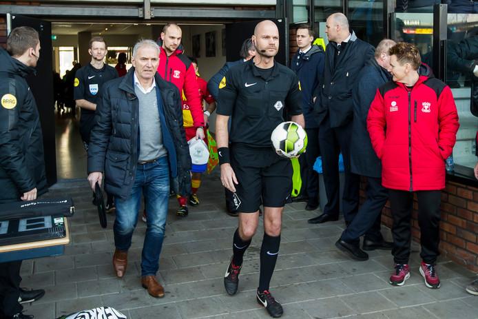 Rob Dieperink komt terug op het veld na de staking van de wedstrijd tussen Go Ahead Eagles en De Graafschap.