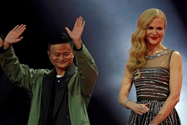 Jack Ma, stichter van Alibaba, samen met actrice Nicole Kidman op het podium van de show ter ere van 'Vrijgezellendag'.