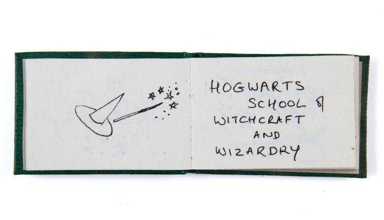 Het boekje bevat tekst en tekeningen van de hand van J.K. Rowling.