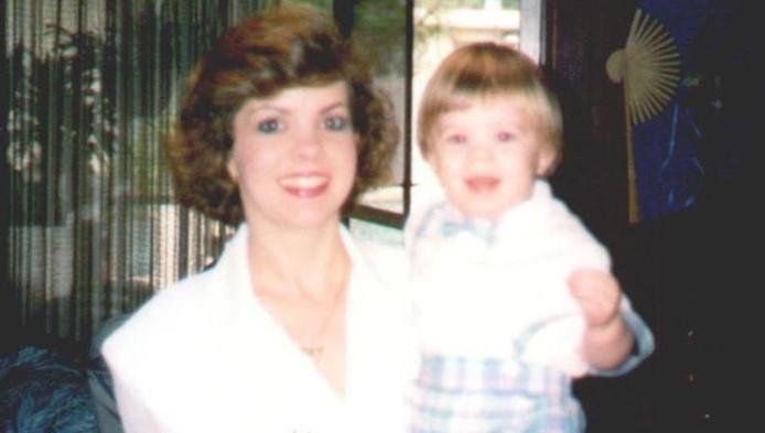 Le petit Aaron et sa maman (photo non datée).