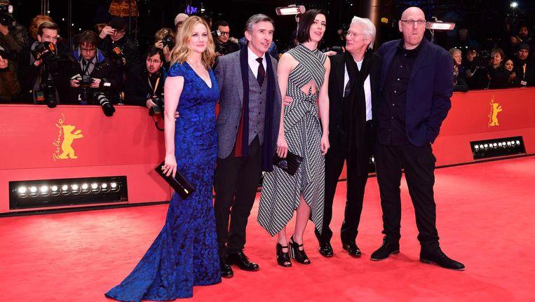 Laura Linney, Steve Coogan, Rebecca Hall en Oren Moverman tijdens de première van The Dinner in Berlijn. Beeld anp