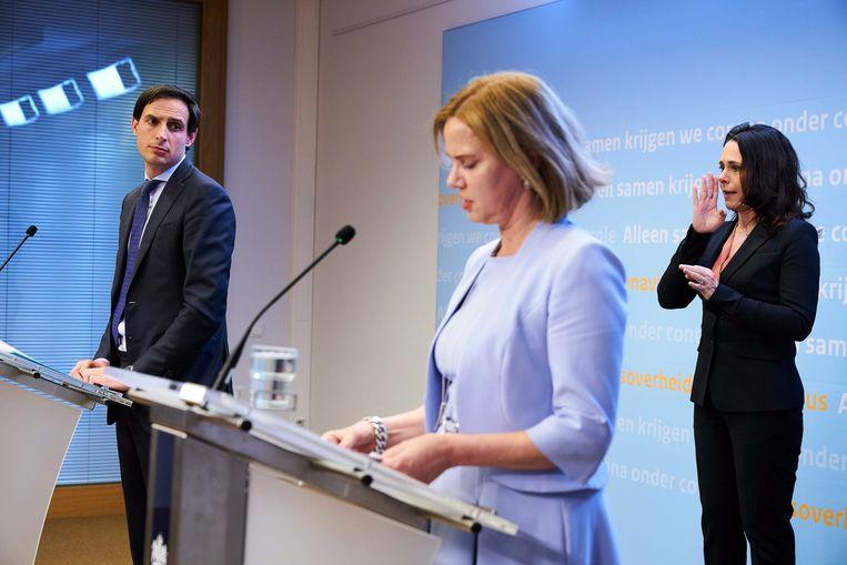 Minister van Financiën Wopke Hoekstra, minister van Infrastructuur en Waterstaat Cora van Nieuwenhuizen en doventolk Irma Sluis. Beeld EPA