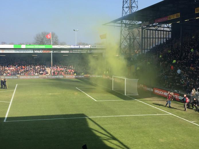 Vuurwerk op het veld bij Go Ahead Eagles-De Graafschap.