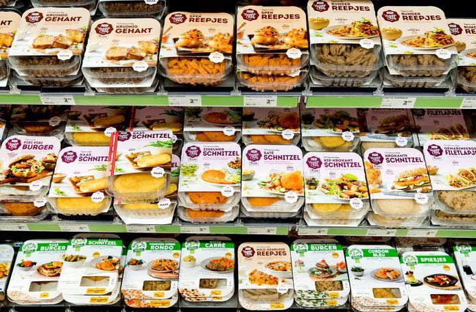 Vleesvervangers in de schappen van de supermarkt.