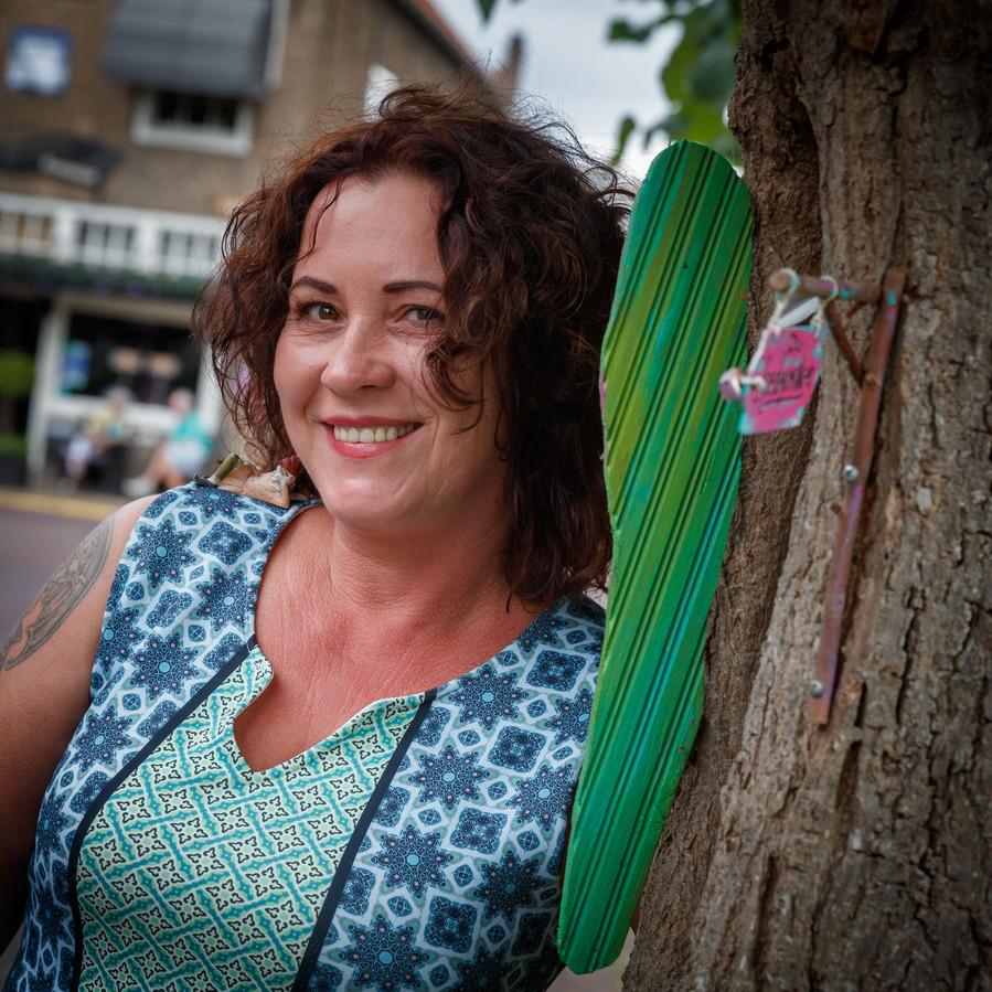 Kunstenares Sylvia Ditmar uit Willemstad hoeft haar elfenkunstwerkjes toch niet op te opruimen van de gemeente Moerdijk.