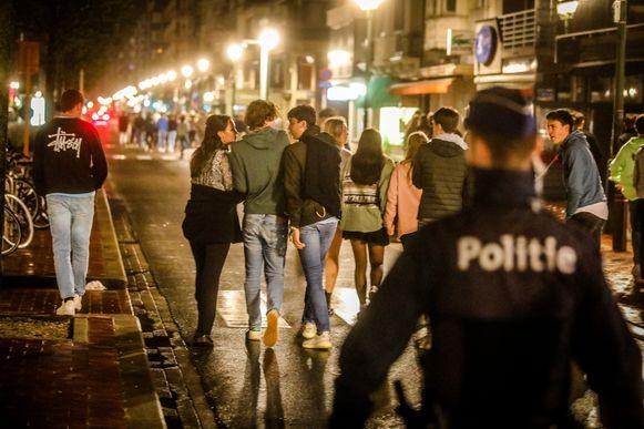 De politie was massaal aanwezig en zorgde dat alles vlot verliep na het sluiten van de cafés