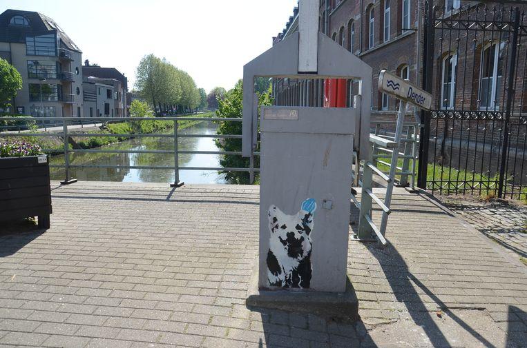 Alsmaar meer graffitifiguren duiken op in het Ninoofse straatbeeld. Op de brug in de Burchtstraat is er een hond te zien.