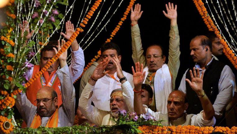 Narendra Modi (m) geflankeerd door leden van de BJP Beeld afp