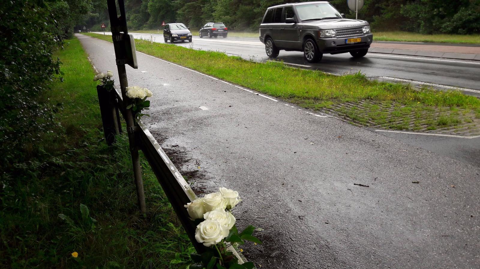 Bloemen bij de plek waar Bart van den Hul vrijdagmorgen aangereden werd op de N304 tussen Otterlo en Hoenderloo. Vrijdagavond overleed hij aan zijn verwondingen.