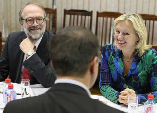 De Nederlandse ambasadeur Ron van Dartel (L) met minister van Onderwijs, Cultuur en Wetenschap Jet Bussemaker.