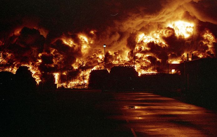 Bandenhandel Siba werd twee keer getroffen door een enorme brand die tot ver in de omtrek te zien was. Dit is de brand van 1991.   Foto Brandweer Uden