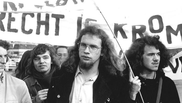 1973. Dienstweigeraar Kees Vellekoop (midden) tijdens een demonstratie voor de erkenning van gewetensbezwaren als weigeringsgrond.