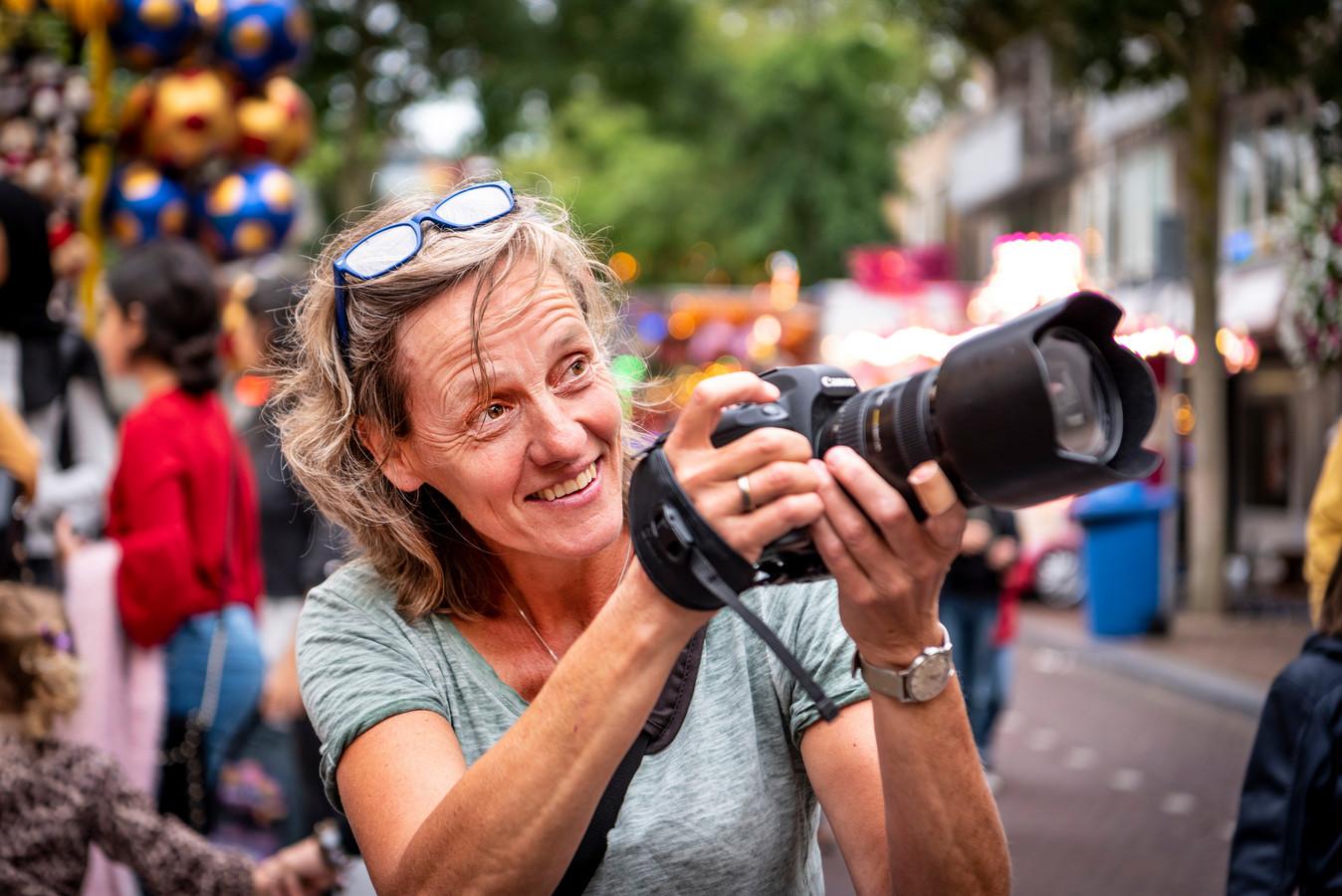 Fotografe Fien Kraanen fotografeert op de Osse kermis.